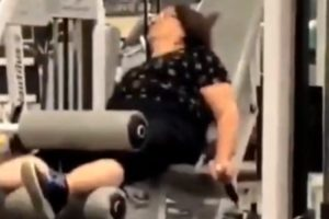 Mulher Adormece Enquanto Se Exercita Num Ginásio 9