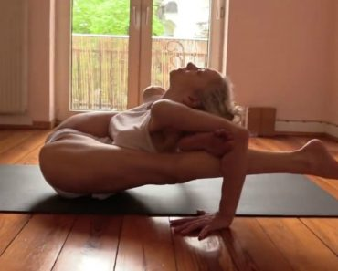 Apenas Uma Mulher a Mostrar Como Se Pratica Ashtanga Yoga 8