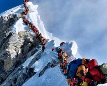Fila Para Chegar Ao Topo Do Evereste Bate Recorde E Causa Dois Mortos 3