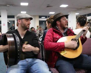 O Que Acontece No Aeroporto Quando o Voo De Uma Banda Irlandesa Se Atrasa 7