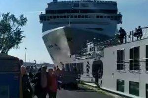 Cruzeiro Choca Contra Cais e Barco Em Veneza 8