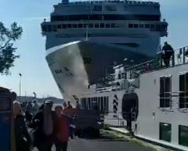 Cruzeiro Choca Contra Cais e Barco Em Veneza 3