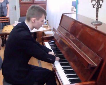 Talentoso Jovem De 15 Anos Que Nasceu Sem Mãos Aprendeu Sozinho a Tocar Piano 9