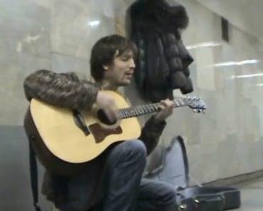 As Semelhanças Vocais Entre Este Músico De Rua e Kurt Cobain São Impressionantes 9