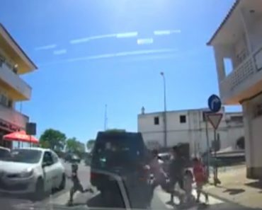 Vídeo Arrepiante Mostra Criança a Escapar a Atropelamento Por Segundos Em Faro 8