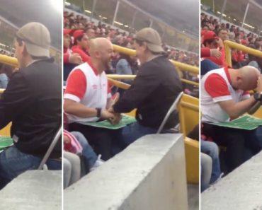 """Cego e Surdo Apaixonado Por Futebol """"Vê"""" Os Jogos Com Ajuda Do Amigo 4"""