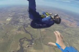 Paraquedista Desmaia Durante Salto e Instrutor Salva-o De Forma Impressionante 9
