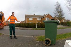 Caixote Do Lixo Ganha Vida e Percorre As Ruas Da Cidade 14