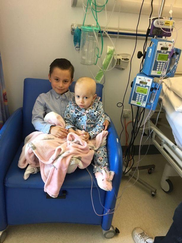Jovem Leva Irmã De 3 Anos Com Cancro Incurável Ao Seu Baile De Finalistas 4